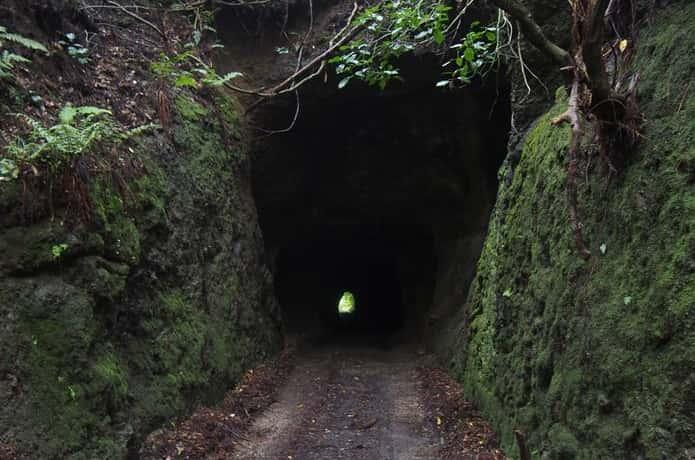 郵便局に続くトンネル