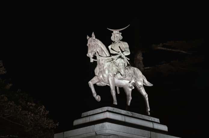 ライトアップされた伊達政宗公の騎馬像
