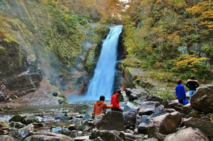 秋保大滝を観賞する人々