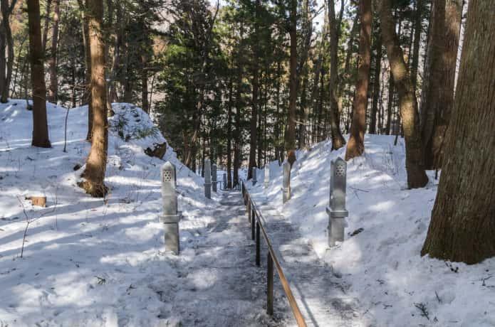 雪をかぶった秋保大滝への道