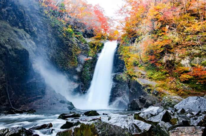 滝壺からみる紅葉した秋保大滝