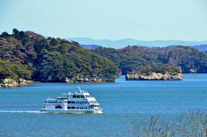 松島湾を航行する遊覧船