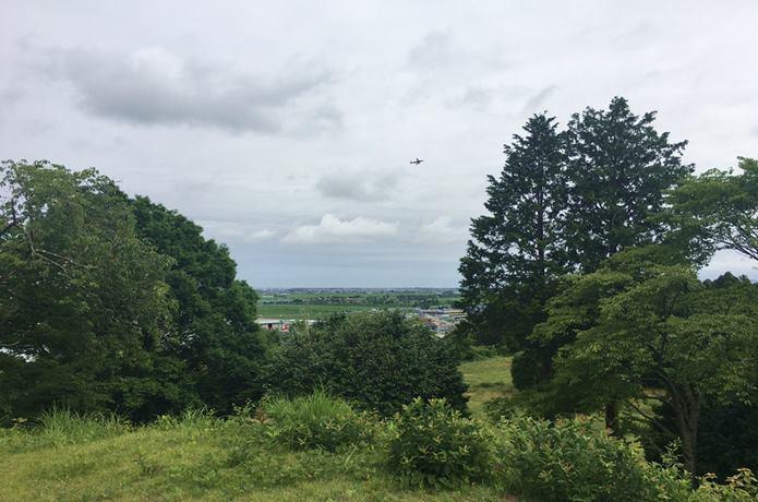 雷神山古墳と飛行機