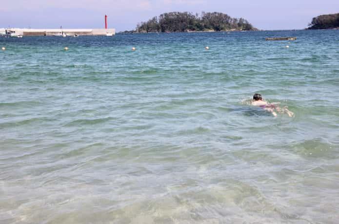 小田の浜で泳ぐ子供