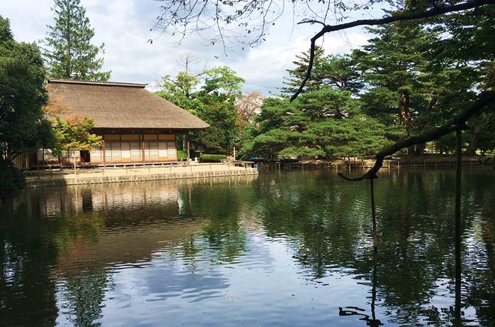 有備館と池