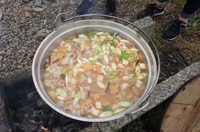 野外で芋煮会